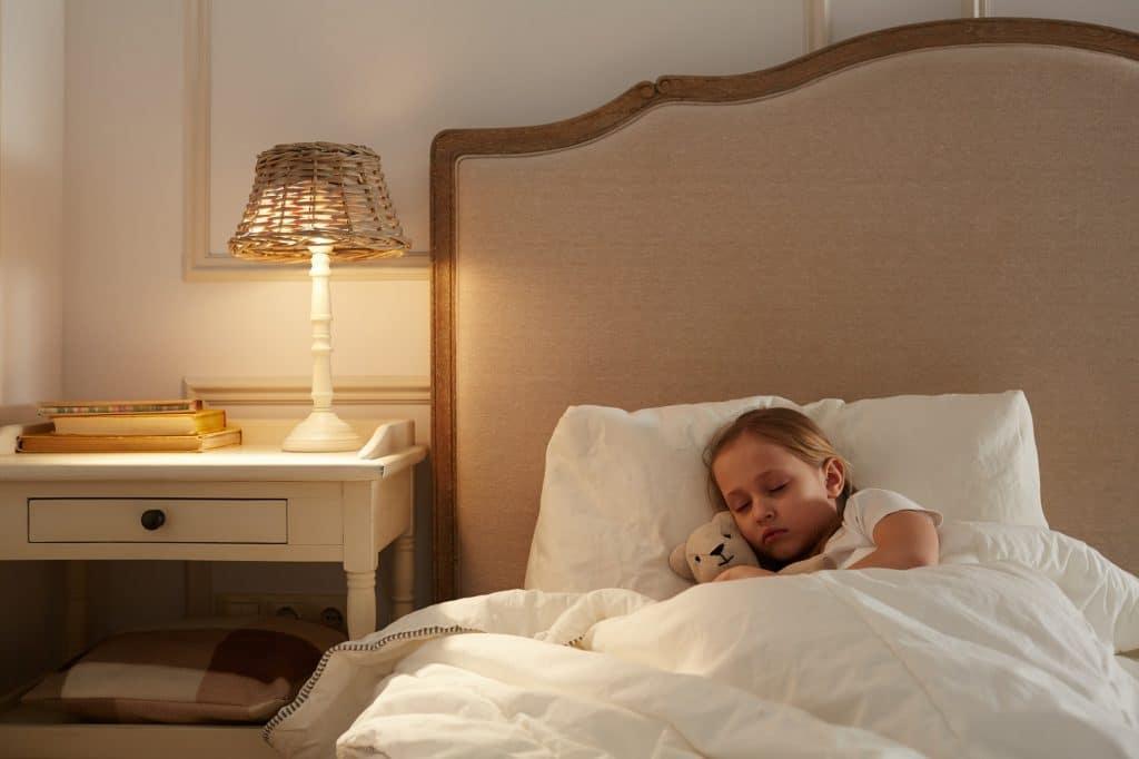 Le yoga aide à améliorer la qualité du sommeil et à détendre l'enfant
