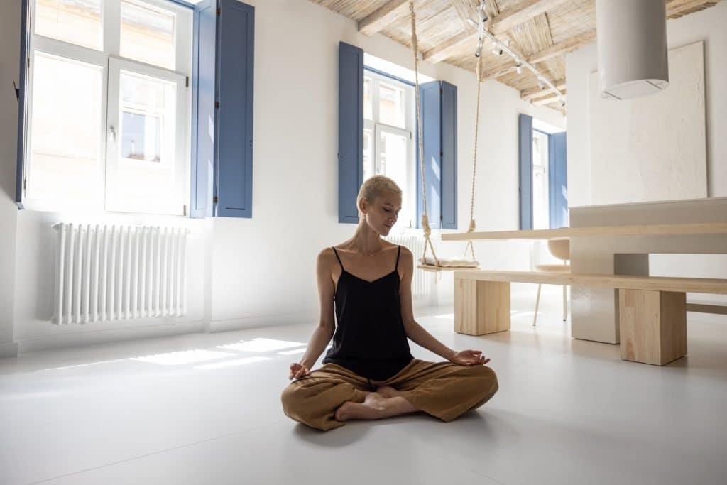 Femme medite à la maison